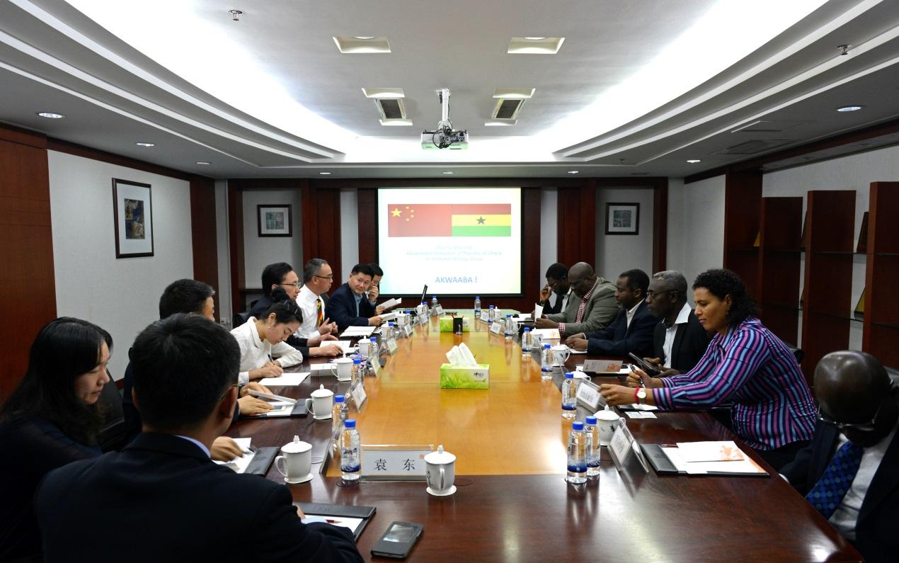 10月12日下午,加纳政府代表团来访深圳能源集团,集团总裁王慧农、副总裁曹宏以及相关人员在总部33楼会议室与来访客人进行了友好会谈。双方就中加合作项目的运营模式、两国环保标准的异同、西非电力市场容量等议题展开深入地探讨,共谋互赢发展商机。 加纳政府代表团随后还考察了集团下属电厂,领略清洁电力生产的魅力。